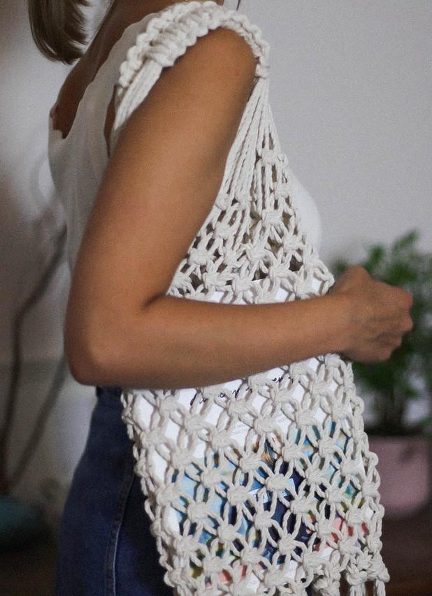 osoba z torbą wykonaną z makramy