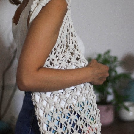 dziewczyna z torbą z makramy